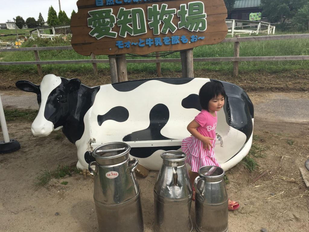 愛知牧場・牛の置物がお出迎え