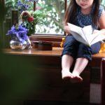 窓辺で本を読む子