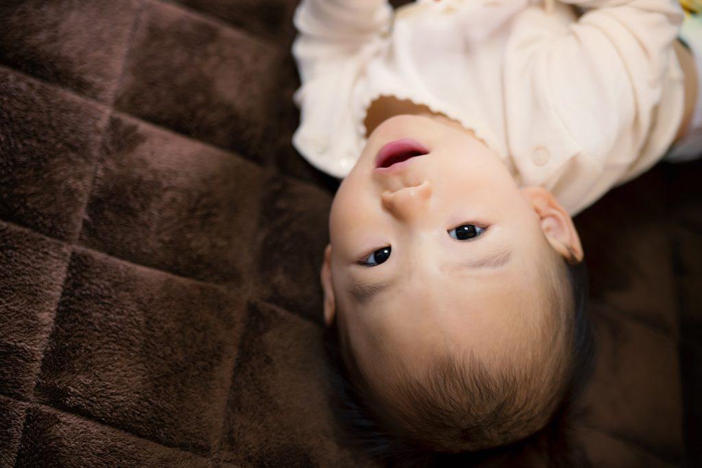 寝転ぶ赤ちゃん