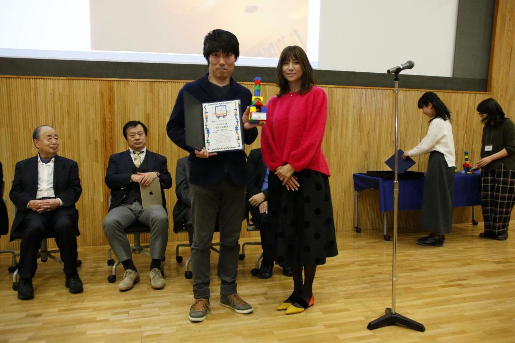 アーティストのhitomiさんに表彰状をいただきました